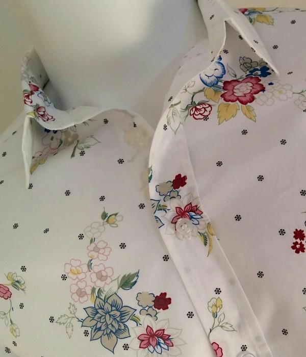 Camicia in cotone linea ARROGANTE, colore bianco con motivi floreali rossi, gialli, verdi e azzurri  - dettaglio frontale torso e collo sul manichino